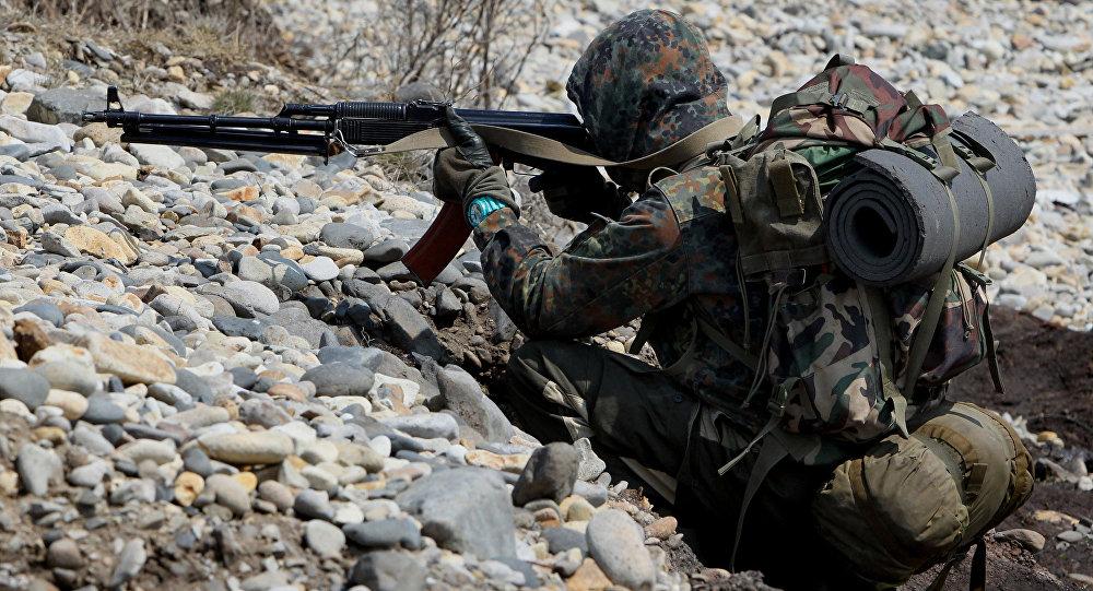 Разведчик десантно-штурмового батальона ведет учебный бой.
