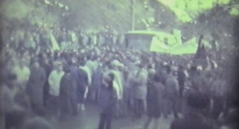 Толпа грузинских националистов у въезда в Цхинвал