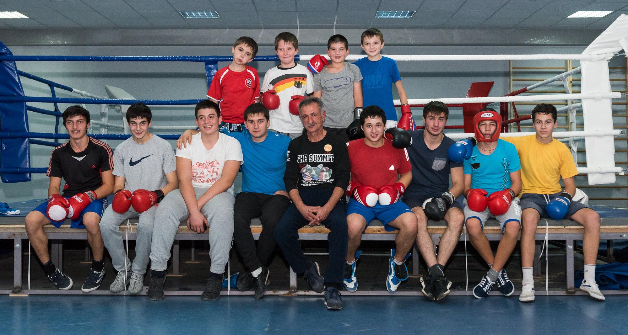 Алик Тедеев со своими воспитанниками.