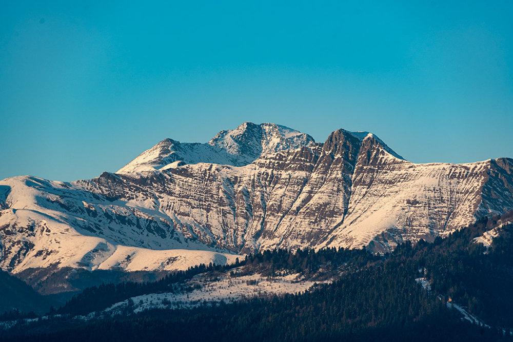 Отсюда открывается прекрасный вид на Кавказский хребет.