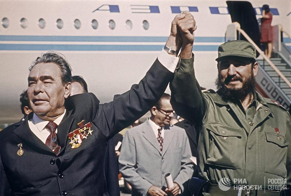 Премьер-министр Республики Куба Фидель Алехандро Кастро Рус провожает генерального секретаря ЦК КПСС
