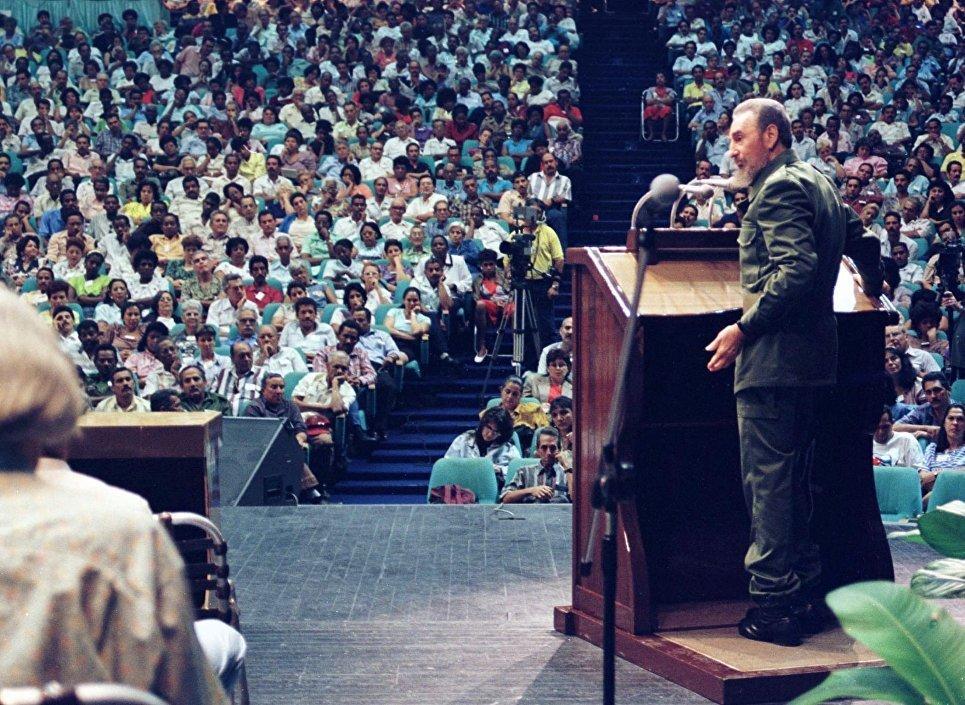 Президент Кубы Фидель Кастро выступает с речью в Сантьяго-де-Куба. 9 января 1998