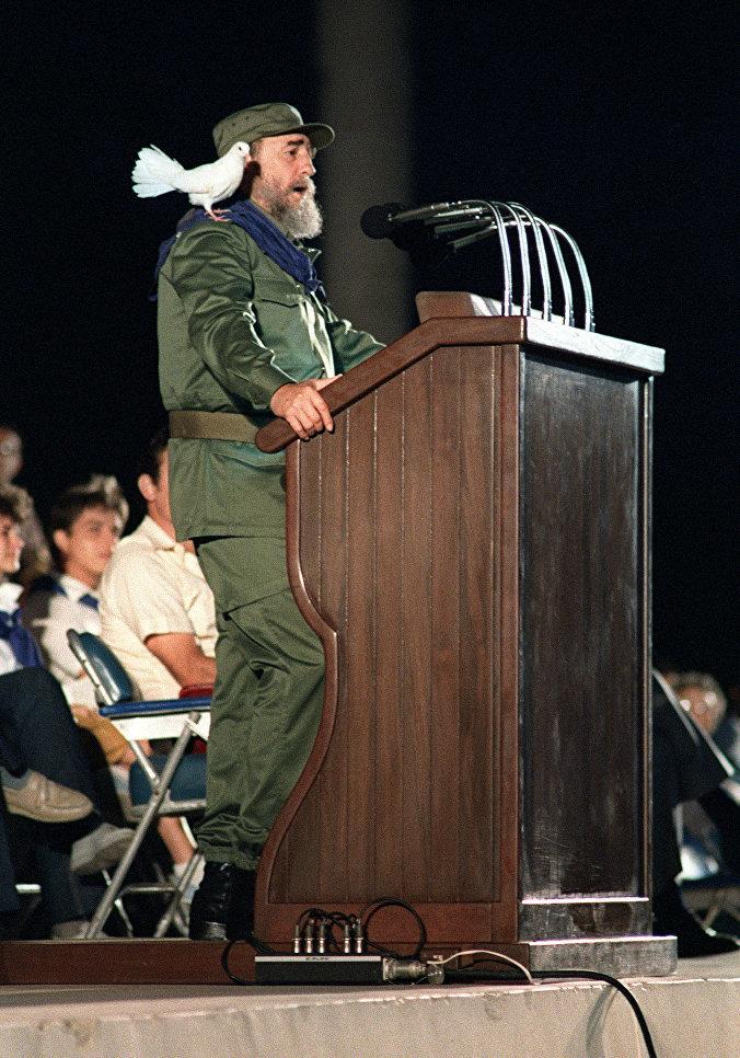 Президент Кубы Фидель Кастро обращается к молодежи во время празднования 30-й годовщины Кубинской революции