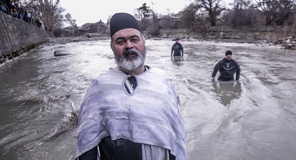 Отец Яков во время Крещения в реке Лиахве.