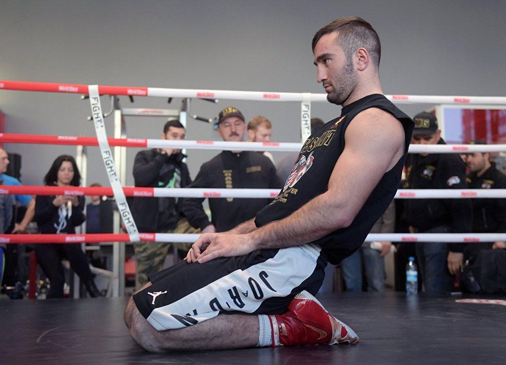 Денис Лебедев не захочет расставаться  со своими чемпионскими поясами, так что бой будет бескомпромиссным, говорит Мурат.