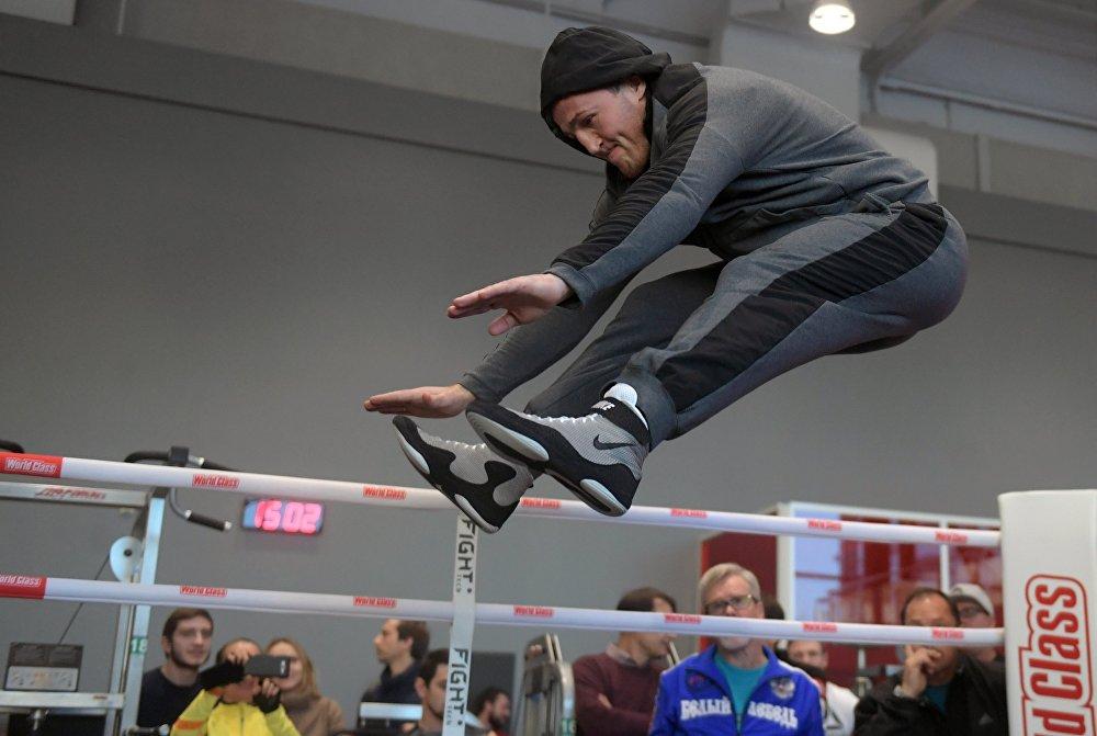 Тренер Дениса Лебедева Фредди Роуч убежден, что его подопечный является фаворитом боя.