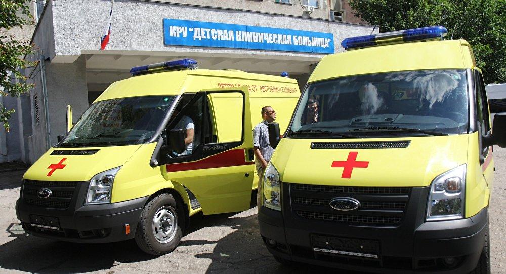 Машины скорой помощи у здания больницы