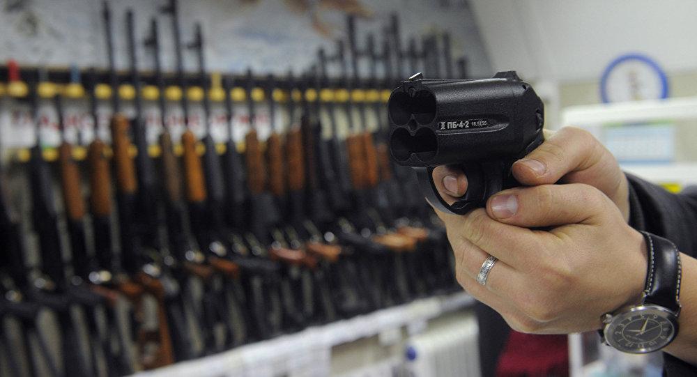 Покупатель осматривает травматический пистолет Оса