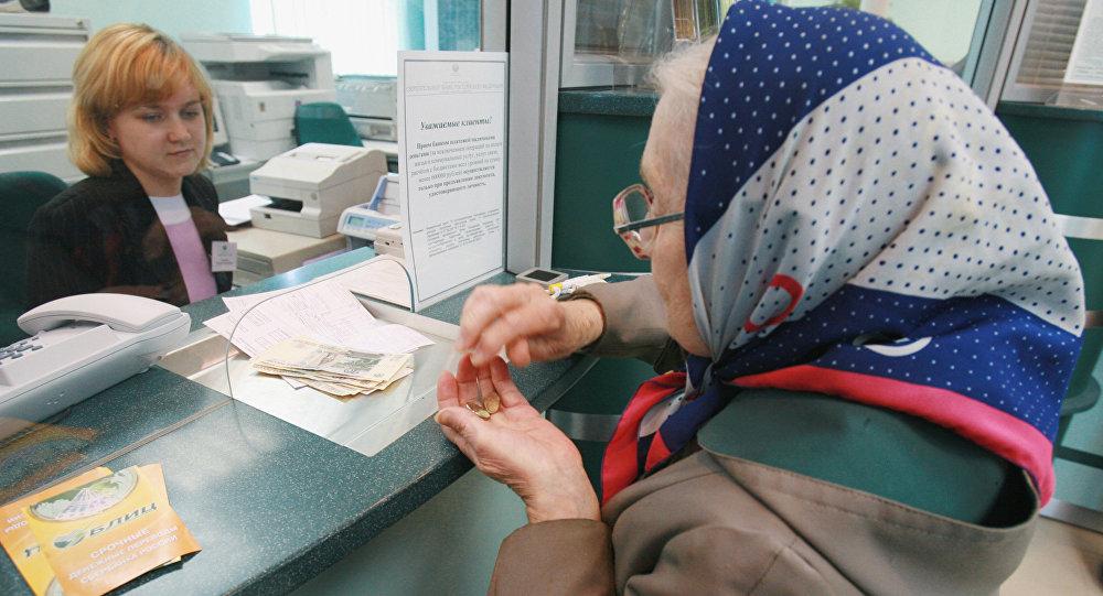 Пенсионерка у кассы Сбербанка