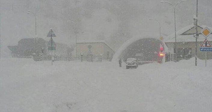 Дорога изЮжной Осетии в РФ заблокирована снегом уже третий день