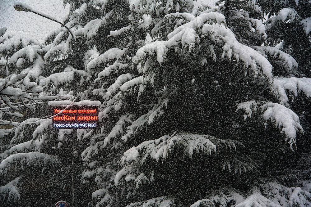 Снег, с одной стороны, – это хорошо, но в условиях Южной Осетии, снегопад влечет за собой закрытие стратегически важной трассы - Транскавказской автомагистрали.