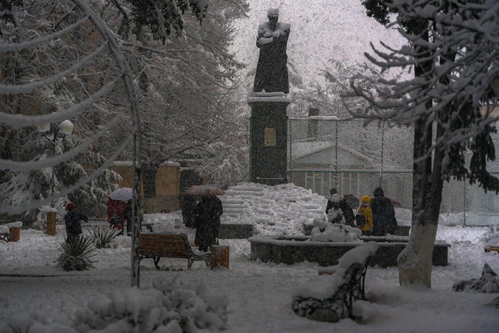 Снег вывел людей на улицы.