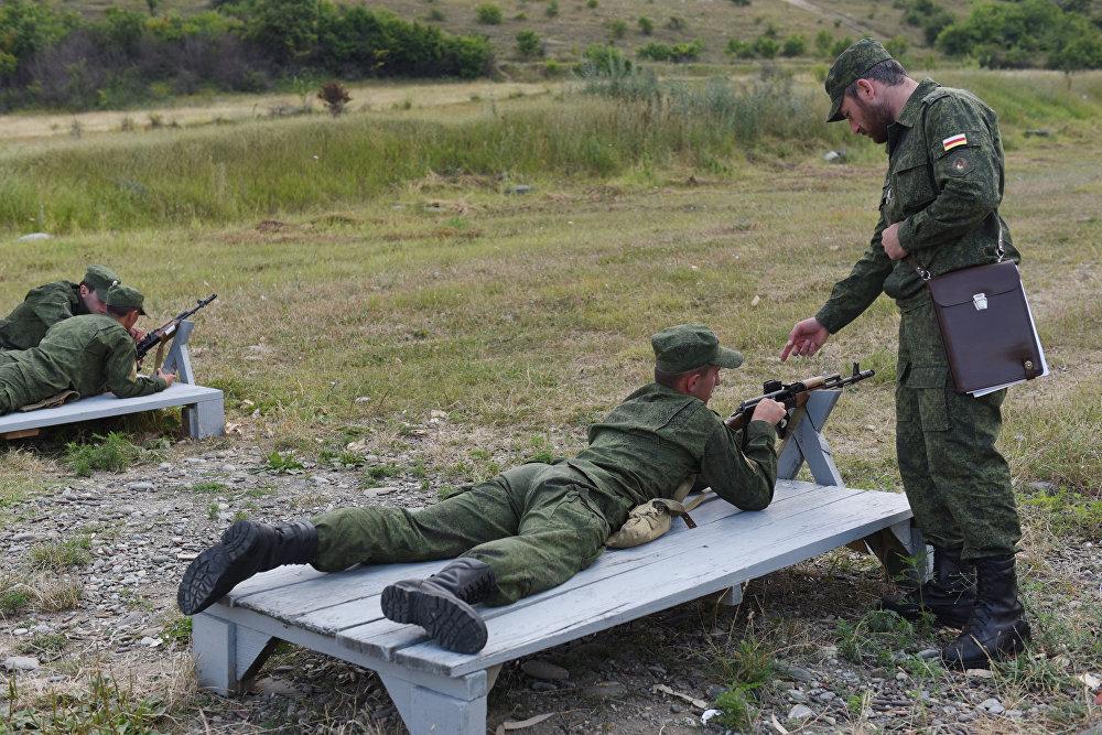 Перед отправкой в военные вузы России курсантов из Южной Осетии готовят на Родине.