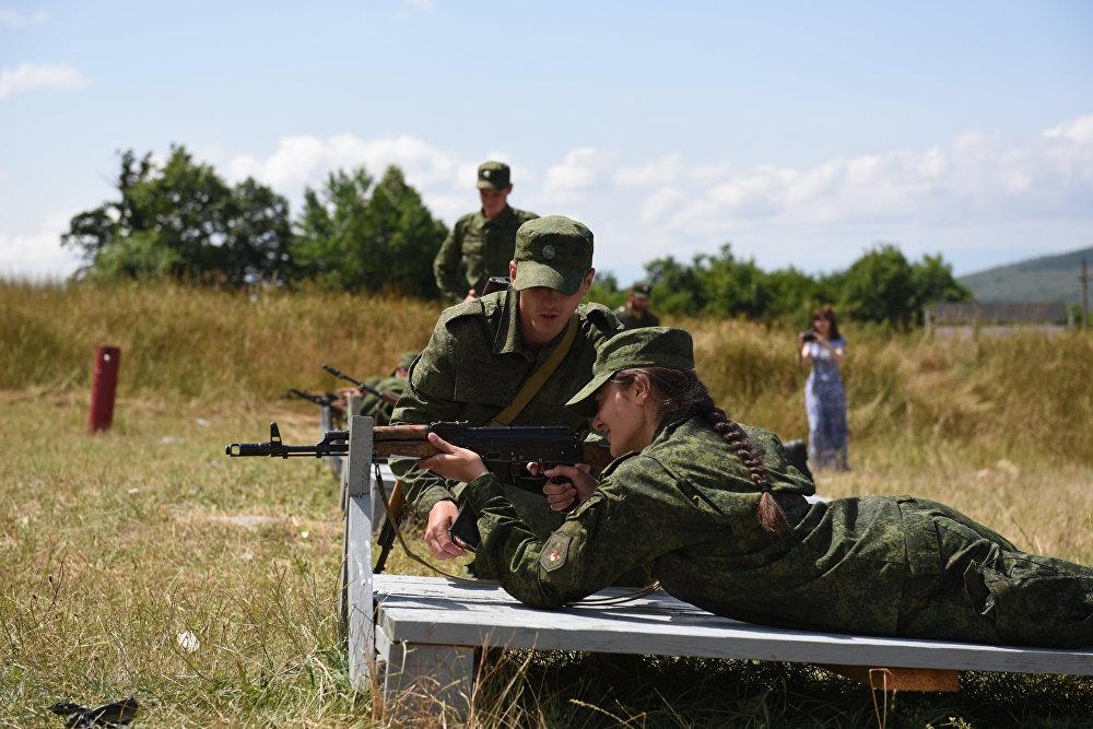 Наибольший интерес у курсантов вызывает обучение стрельбе из автомата.