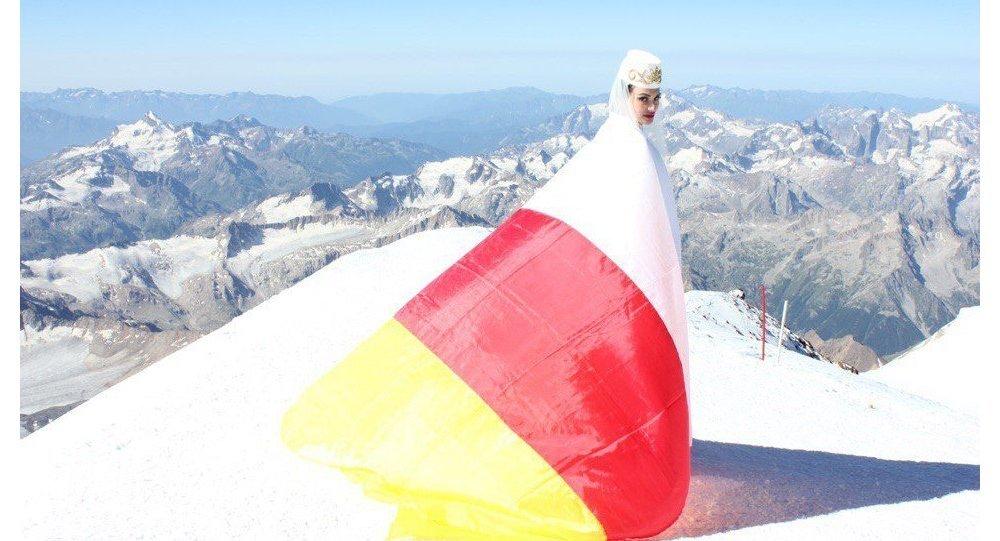 Солистка, прима московского ансамбля Алания - Дина Бекоева на вершине Эльбруса