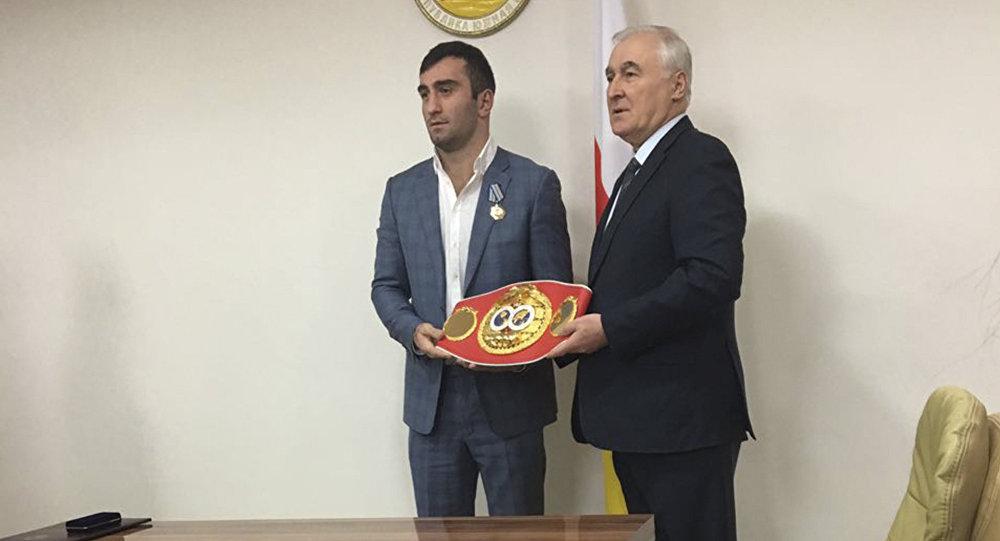 Леонид Тибилов награждает Мурата Гассиева