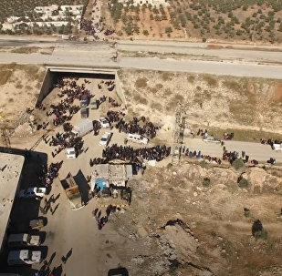 Тысячи мирных жителей покидают захваченный боевиками Алеппо. Съемка с дрона