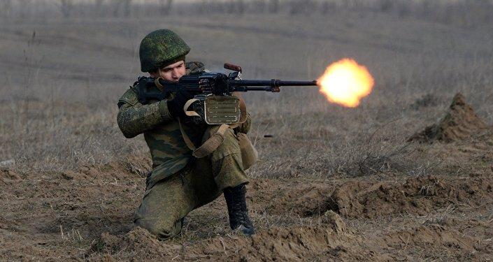 Военнослужащий во время учений мотострелковых войск ЮВО