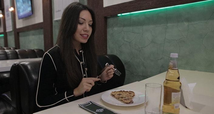 Осетия на вкус: Sputnik готовит осетинский пирог с мясом