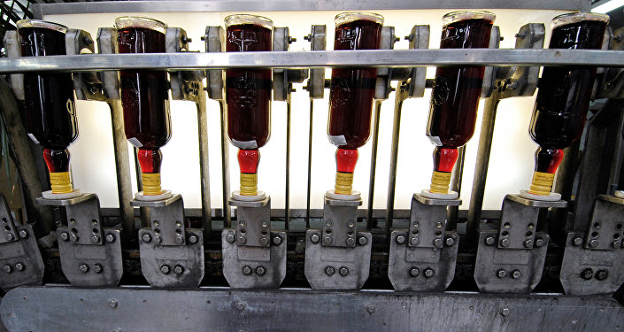 Производственный процесс на одном из старейших российских предприятий по производству наливок