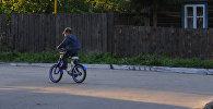 Мальчик на велосипеде