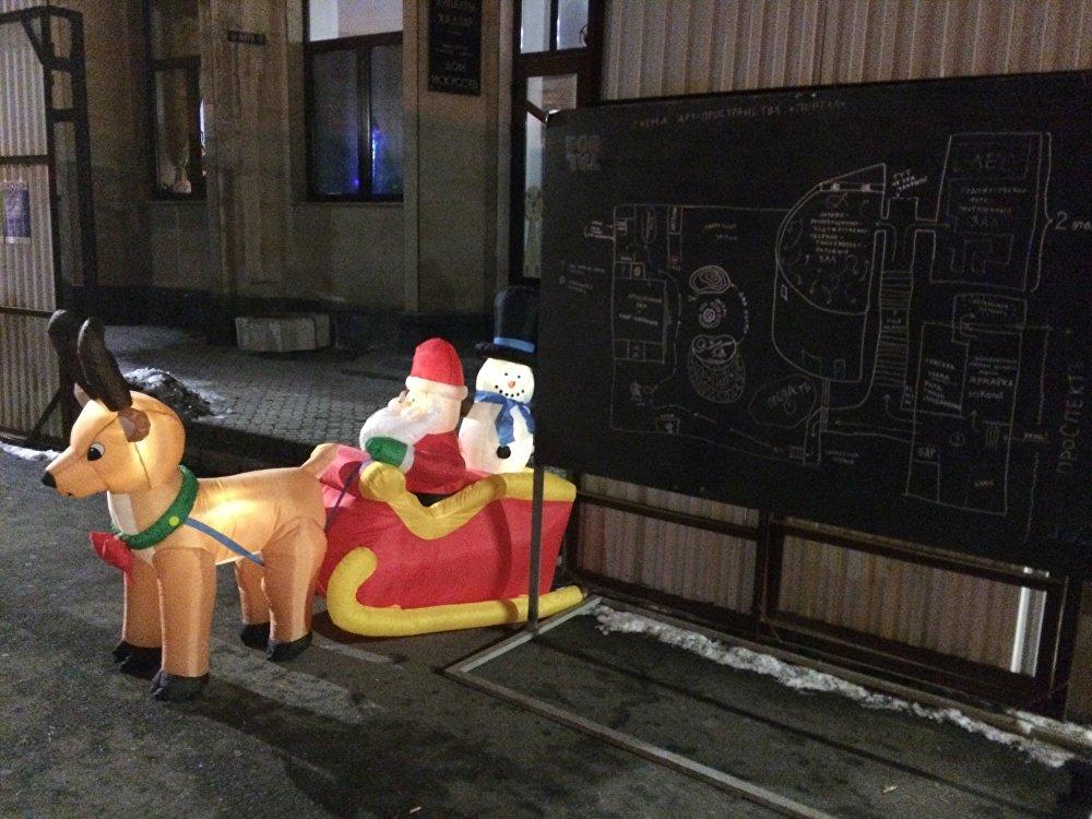 Перед входом на ярмарку гостей встречали новогодние персонажи. А рядом с ними - карта, по которой посетители могли ориентироваться на территории Портала