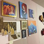 Особую, тепелую атмосферу ярмарке придавали картины, развешанные на стенах.
