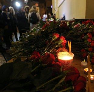 Цветы в память о погибших в крушении самолета Ту-154 Минобороны РФ