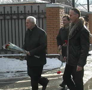 Правительство Южной Осетии возложило цветы к зданию посольства России