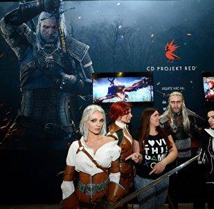 Посетители около стенда видеоигры Ведьмак на выставке ИгроМир 2014