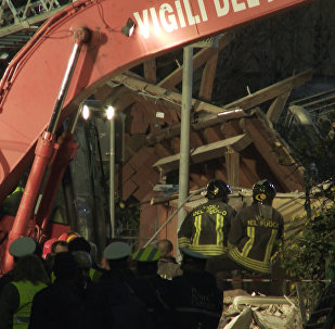 Разбор завалов на месте обрушившегося дома на юго-западе Рима