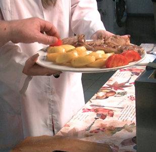 Осетия на вкус: Sputnik готовит отбивную из телятины с яблоками
