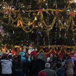 Последние пять лет Театральную площадь в Цхинвале на новогодние праздники украшала искусственная елка, но в этом году здесь установили настоящую живую ель.
