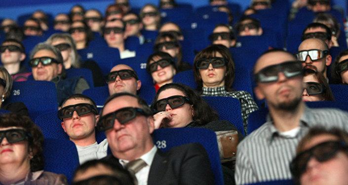 Зрители сидят в кинозале IMAX