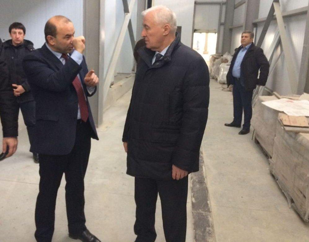 Ванеев проводит экскурсию по строящемуся заводу президенту Тибилову