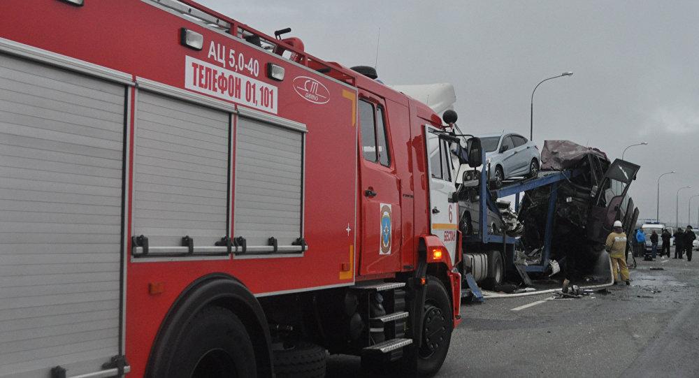 Машина пожарно-спасательной службы МЧС на месте ДТП