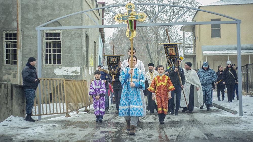 В Храме Рождества Пресвятой Богородицы состоялась служба, после которой православные прошли крестным ходом к реке Лиахва