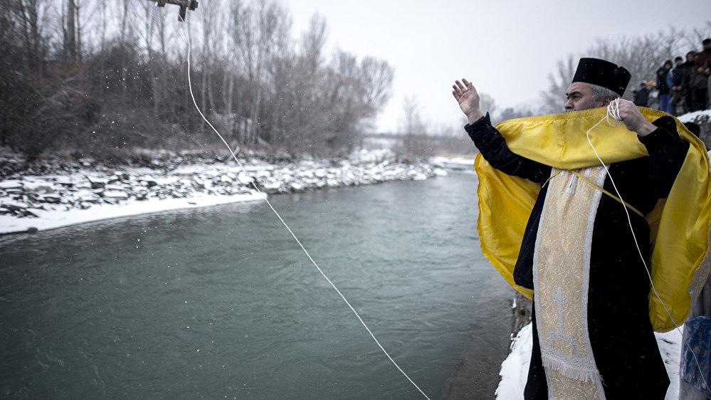 Перед началом обряда воду в реке освятили