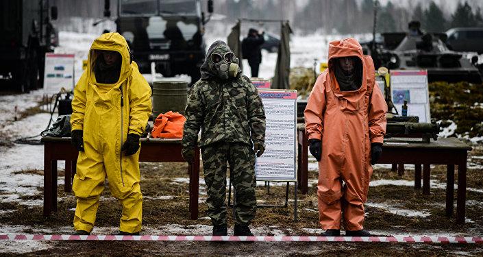 Демонстрация защитных костюмов на выставке вооружений