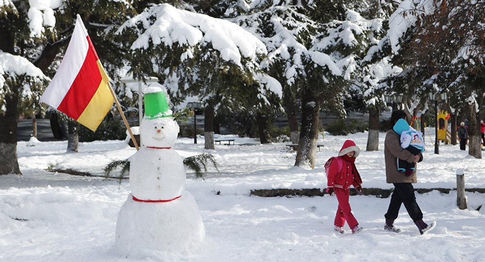 Снеговик с флагом Южной Осетии на одной из улиц Цхинвала