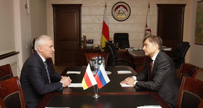 Президент Южной Осетии Леонид Тибилов и помощник президента РФ Владислав Сурков