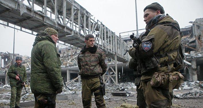 Ополченцы Донецкой народной республики в аэропорту города Донецка