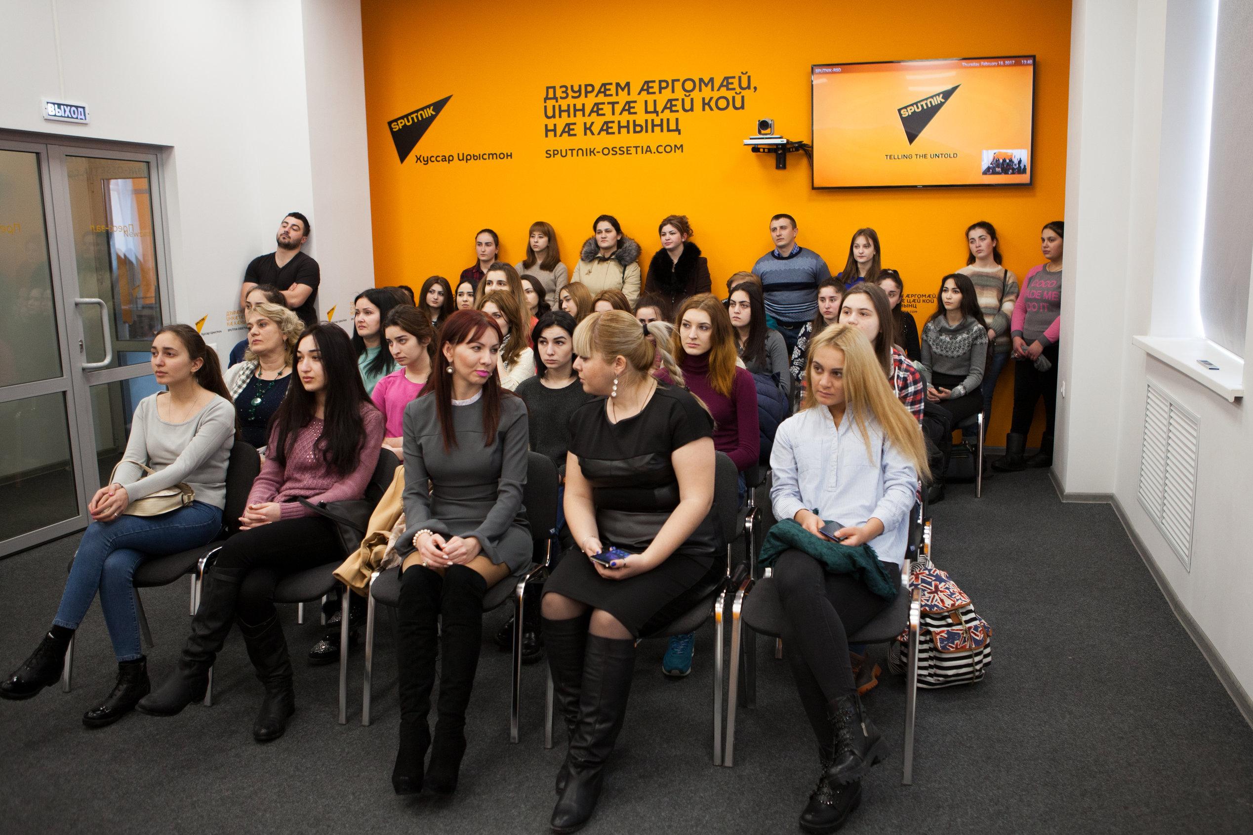 Студенты и журналисты на мастер-классе в пресс-центре Sputnik