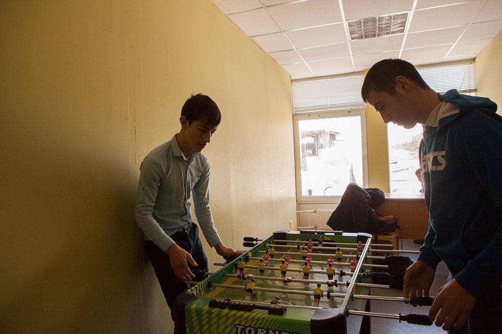 В настольный футбол в основном играют ученики старших классов