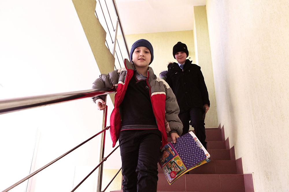 Полные новых впечатлений, одноклассники возвращаются домой