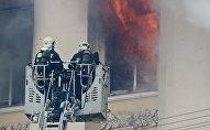 Сотрудники пожарной службы на тушении возгорания