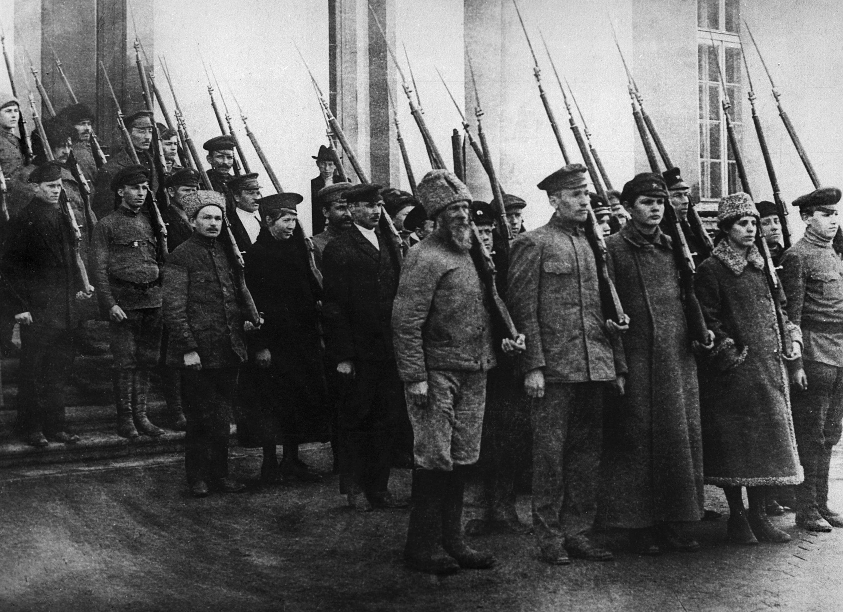 Колонна вооруженных рабочих и служащих во время военной подготовки. Петроград, октябрь 1917 года