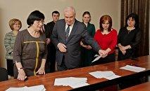 Президент Южной Осетии сдает экзамен в ЦИКе