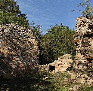 Разрушенный храм с росписями