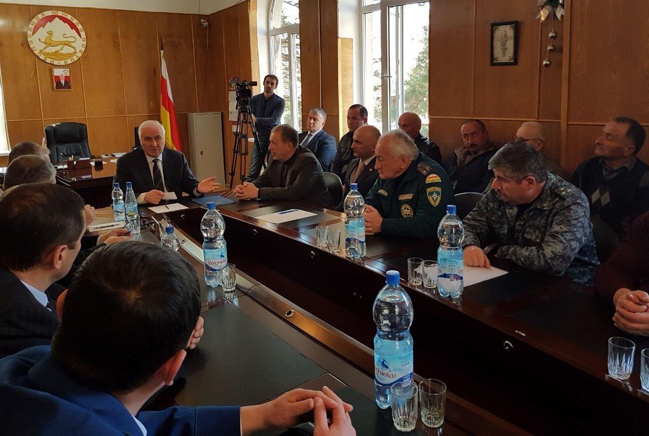 Леонид Тибилов представил нового главу Ленингорского района Зазу Дриаева (третий слева)